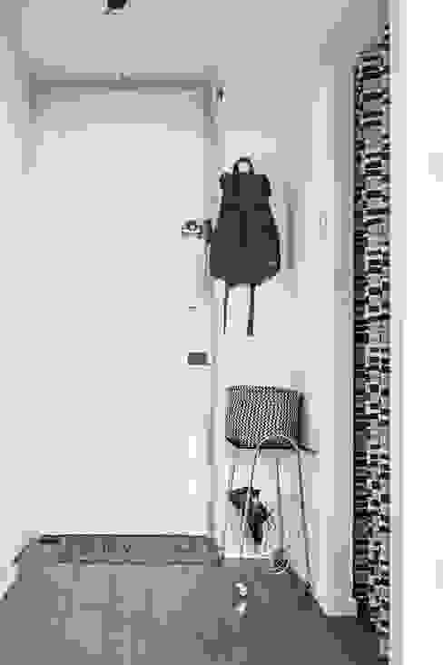 Pasillos, vestíbulos y escaleras de estilo ecléctico de Odwzorowanie Ecléctico