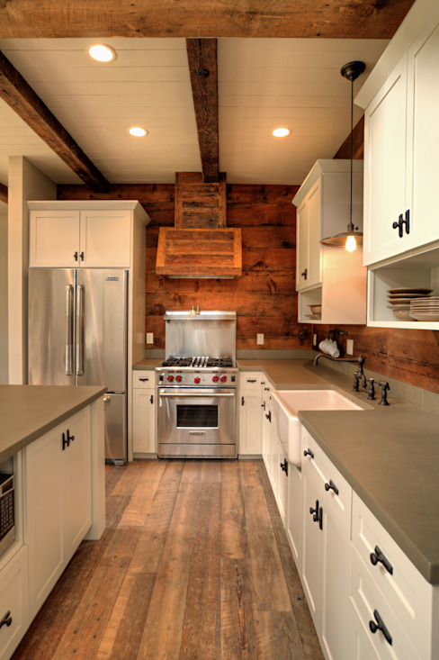 Lucky 4 Ranch:  Kitchen by Uptic Studios, Rustic