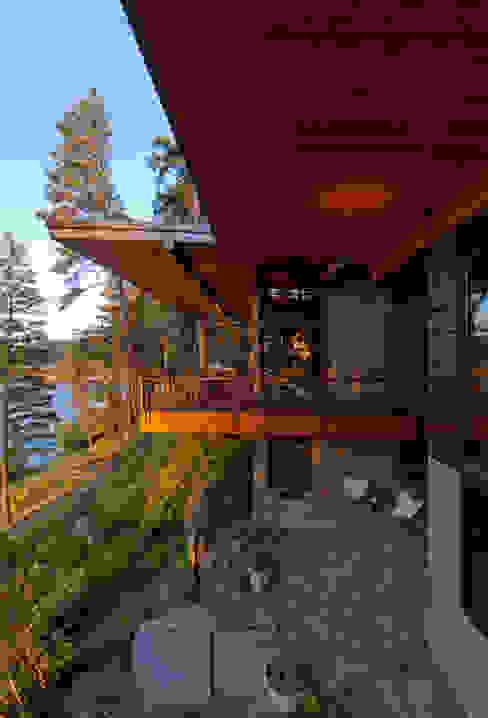 Coeur D'Alene Residence Varandas, alpendres e terraços modernos por Uptic Studios Moderno