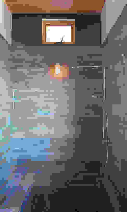 Camp Hammer 現代浴室設計點子、靈感&圖片 根據 Uptic Studios 現代風