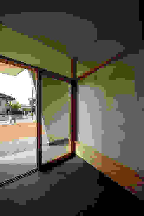 玄関土間: 塔本研作建築設計事務所が手掛けた壁です。,オリジナル