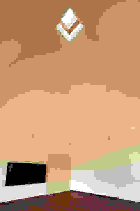 居間: 塔本研作建築設計事務所が手掛けたリビングです。,オリジナル
