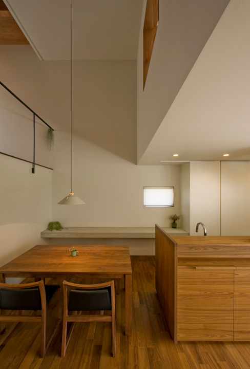 Salle à manger moderne par 浦瀬建築設計事務所 Moderne