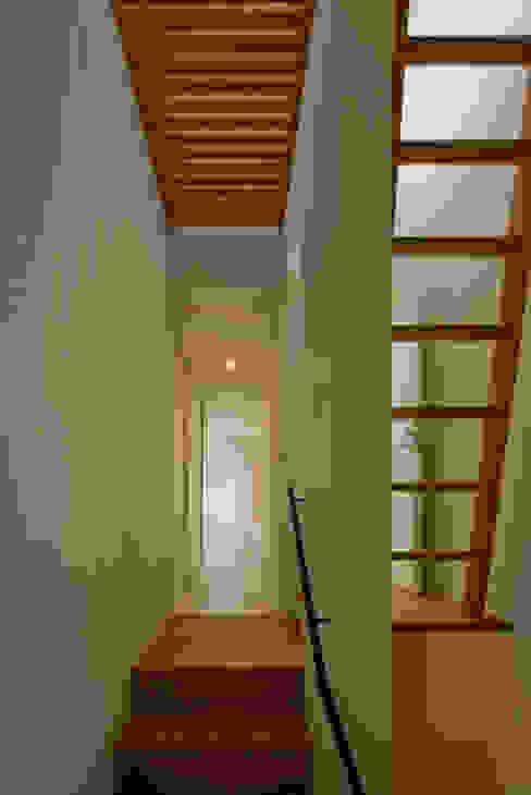 Couloir, entrée, escaliers modernes par 浦瀬建築設計事務所 Moderne