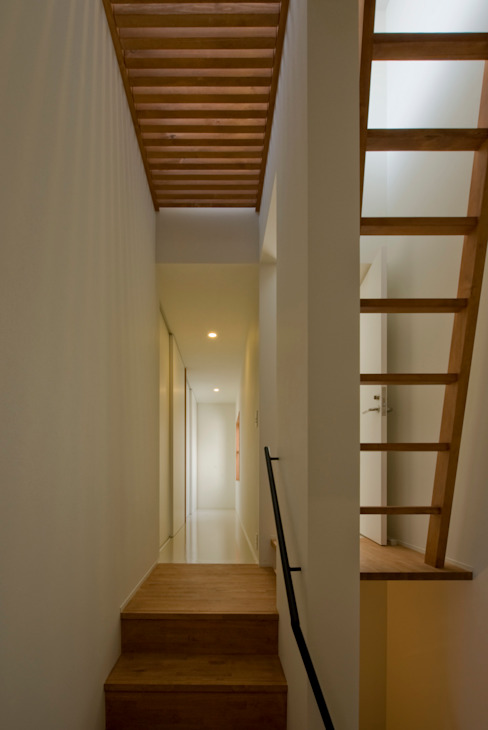 Corridor & hallway by 浦瀬建築設計事務所, Modern