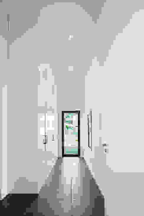Minimalist corridor, hallway & stairs by Wichmann Architekten Ingenieure GmbH Minimalist