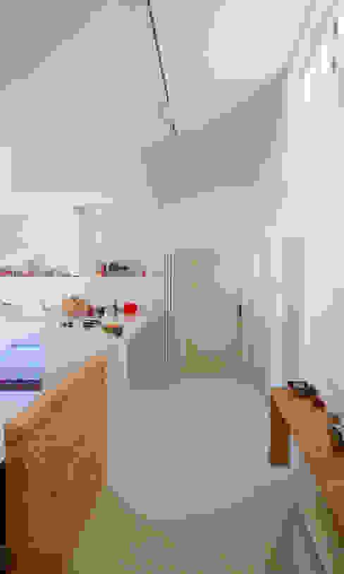 """open space:""""bianco""""_""""legno""""_""""colori"""" Soggiorno moderno di msplus architettura Moderno Legno Effetto legno"""