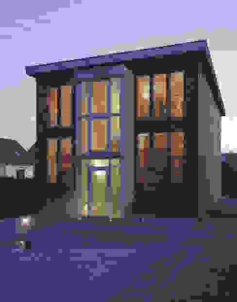 elewacja frontowa — noc: styl , w kategorii Domy zaprojektowany przez Atelier Loegler Architekci,Nowoczesny
