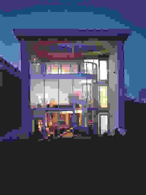elewacja ogrodowa — noc: styl , w kategorii Domy zaprojektowany przez Atelier Loegler Architekci,Nowoczesny