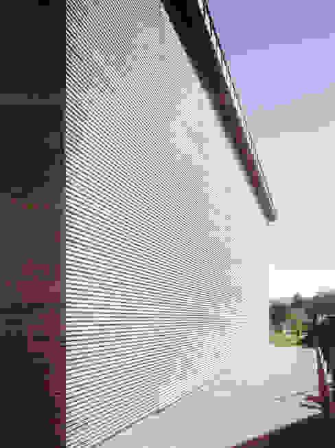 elewacja boczna: styl , w kategorii Domy zaprojektowany przez Atelier Loegler Architekci,Nowoczesny
