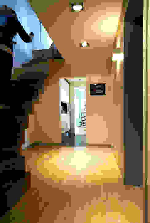 Moderne gangen, hallen & trappenhuizen van Grid Architekci Modern