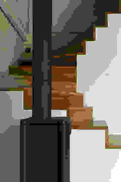Casa de campaña Pasillos, vestíbulos y escaleras de estilo escandinavo de Arrokabe arquitectos Escandinavo