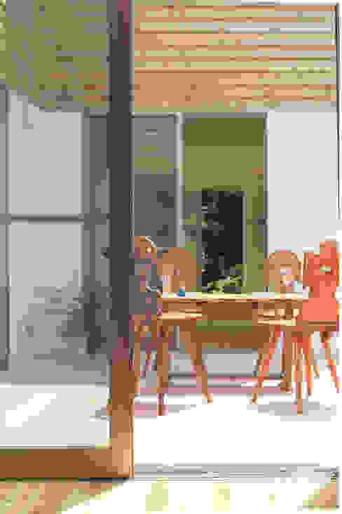 中庭を囲む家/中庭: アトリエ・ノブリル一級建築士事務所が手掛けた庭です。,ラスティック