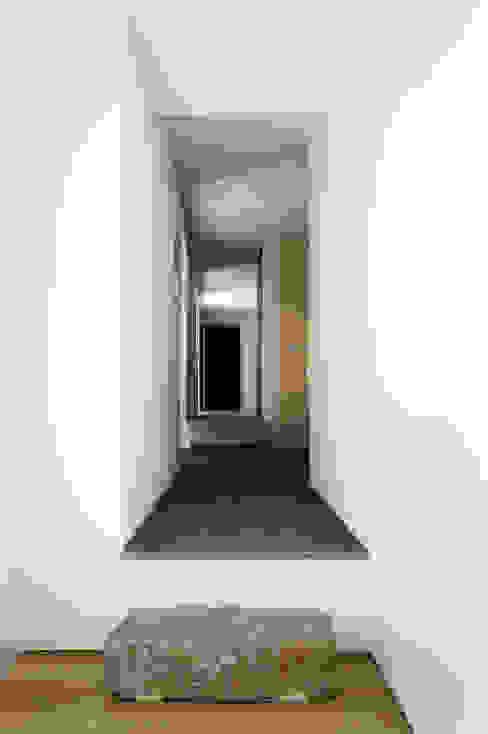 Casa em Torres Vedras Corredores, halls e escadas minimalistas por Atelier Central Arquitectos Minimalista