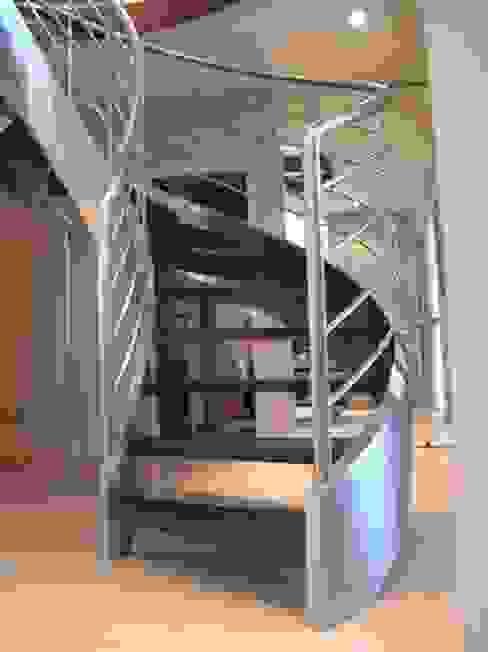 escalier balancé Couloir, entrée, escaliers modernes par AMB Moderne