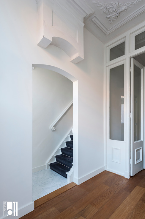 Classic style corridor, hallway and stairs by Studio D11 Classic