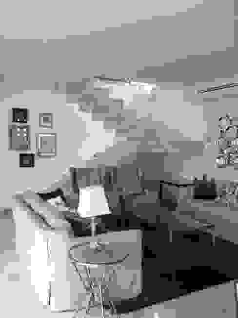 casa 12 Pasillos, vestíbulos y escaleras modernos de Hussein Garzon arquitectura Moderno Mármol