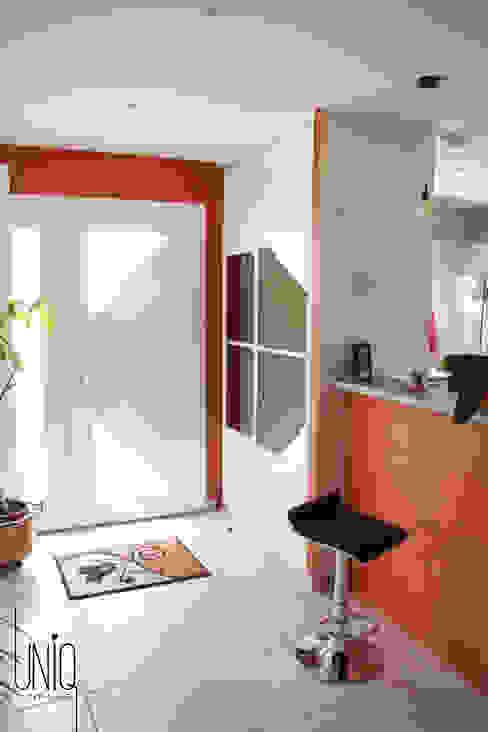 Pasillos y vestíbulos de estilo  por Uniq intérieurs, Clásico