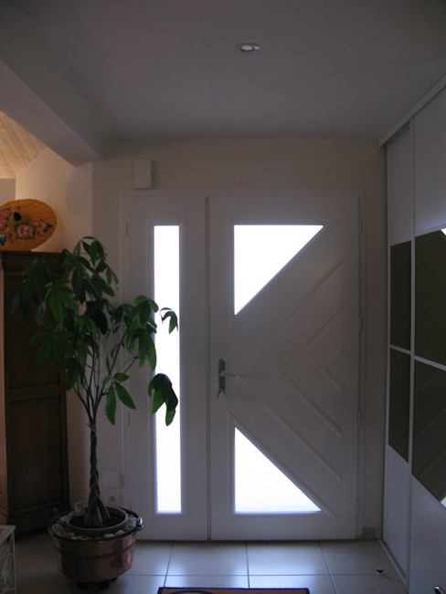 Classic style corridor, hallway and stairs by Uniq intérieurs Classic