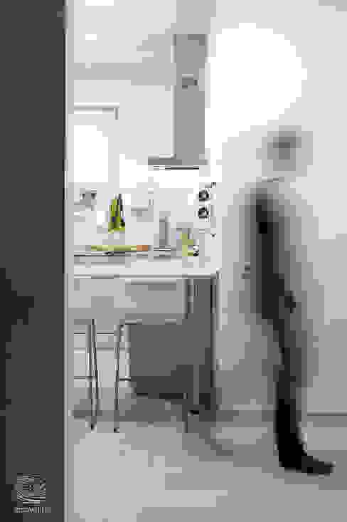 Minimalistyczna kuchnia od ZROBYM architects Minimalistyczny