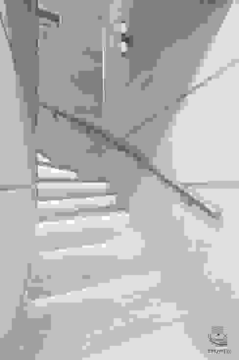 Minimalistyczny korytarz, przedpokój i schody od ZROBYM architects Minimalistyczny