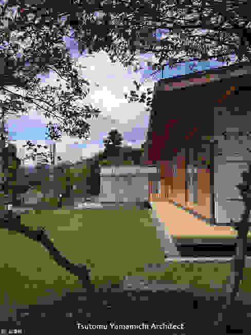 紡ぐ家 ~3世代の住まい~: 山道勉建築が手掛けた庭です。,和風 木 木目調