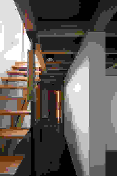 TRANSTYLE architects Nowoczesny korytarz, przedpokój i schody