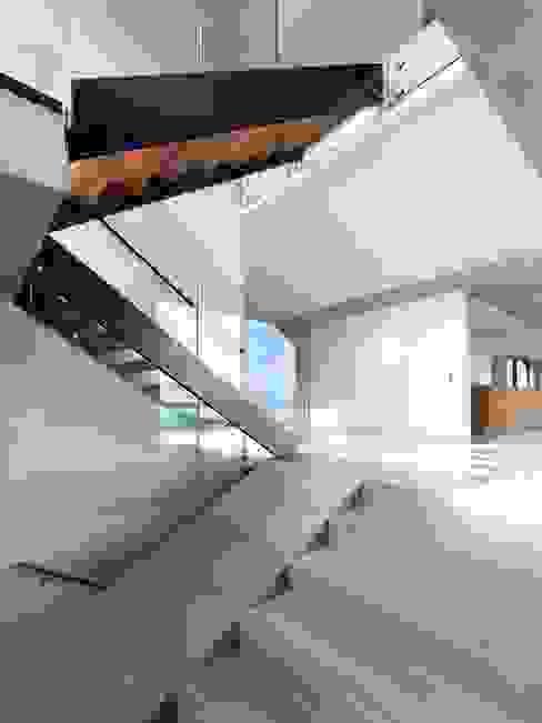 Stormy Castle Minimalist corridor, hallway & stairs by LOYN+CO ARCHITECTS Minimalist