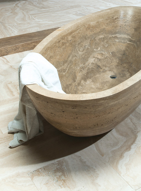 Travertine Bathtub Bagno in stile classico di Caucci Home Classico
