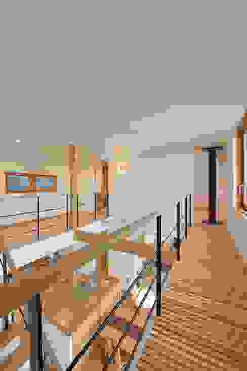 すのこ状の渡り廊下 モダンスタイルの 玄関&廊下&階段 の 株式会社北村建築工房 モダン
