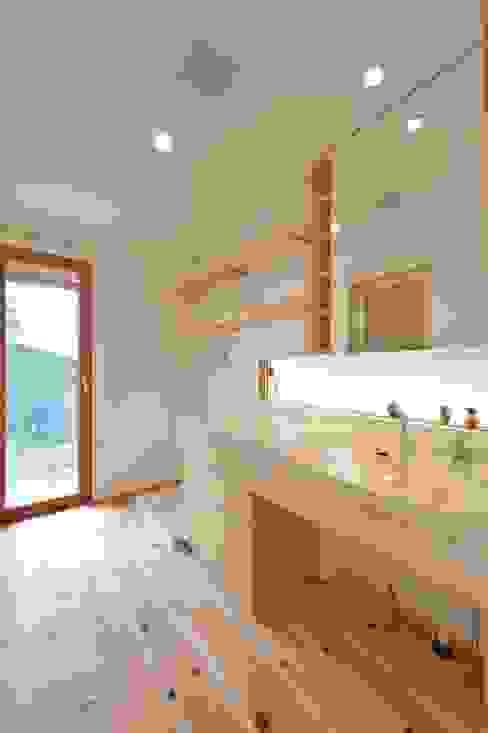 明るい洗面スペース: 株式会社北村建築工房が手掛けた浴室です。,モダン