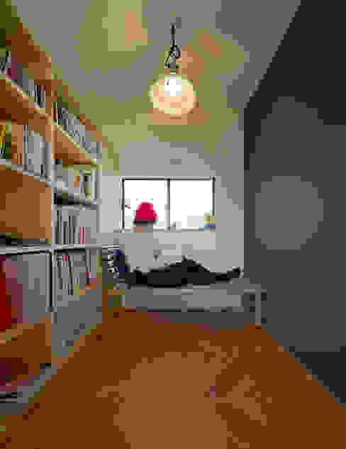 吹抜を囲むスキップフロア住宅: 株式会社プラスディー設計室が手掛けた和室です。,モダン