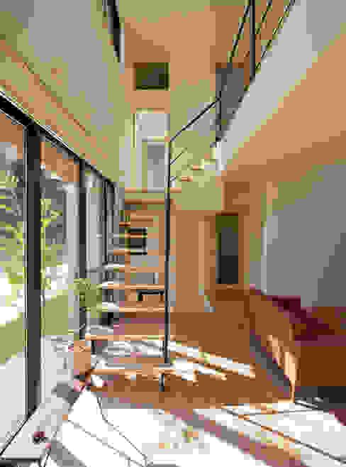吹抜を囲むスキップフロア住宅: 株式会社プラスディー設計室が手掛けたリビングです。,モダン