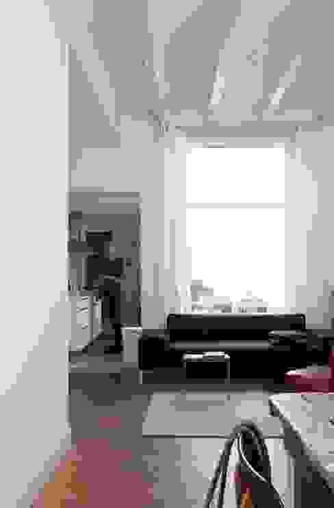Woonkamer, doorkijk keuken en binnenplaats Moderne woonkamers van ontwerpplek, interieurarchitectuur Modern