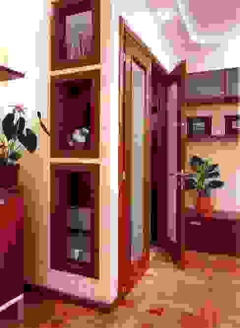 входная дверь разделяющая прихожую и гостиную Коридор, прихожая и лестница в стиле минимализм от homify Минимализм