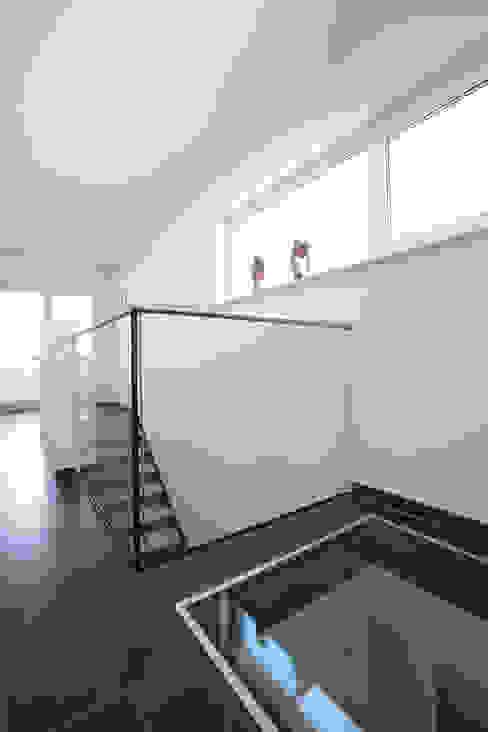 Couloir, entrée, escaliers modernes par FingerHaus GmbH - Bauunternehmen in Frankenberg (Eder) Moderne
