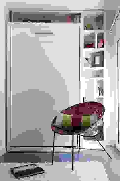 Cama rebatible vertical +  biblioteca : Estudio de estilo  por MINBAI,