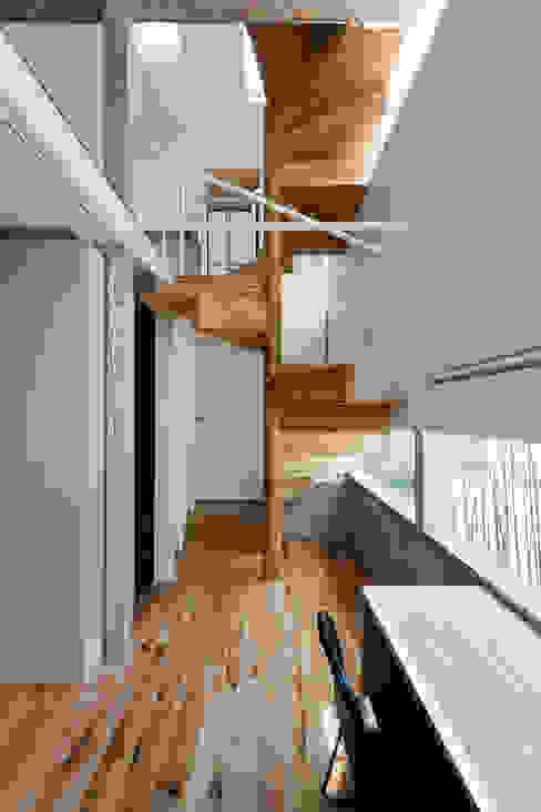 Pasillos, vestíbulos y escaleras de estilo escandinavo de 藤田大海建築設計事務所 Escandinavo
