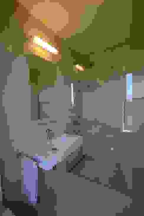 FAMILY HOUSE IN OŘECH,CZECH REPUBLIC Ванная комната в стиле минимализм от MARKÉTA CAJTHAMLOVÁ, ARCHITEKTONICKÁ PROJEKČNÍ KANCELÁŘ Минимализм