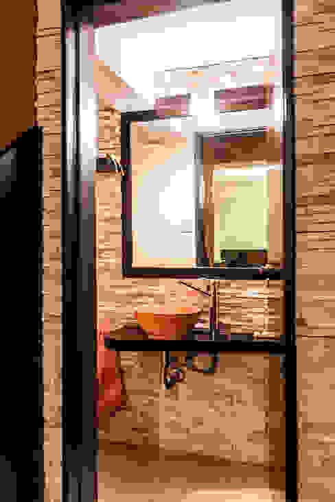 Ganar espacios en pocos metros: Baños de estilo  por Estudio Alvarez Angiono