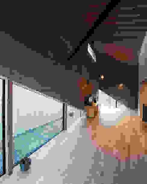 多様な木質材料を組み合わせた内部空間: atelier CHOCOLATEが手掛けたダイニングです。
