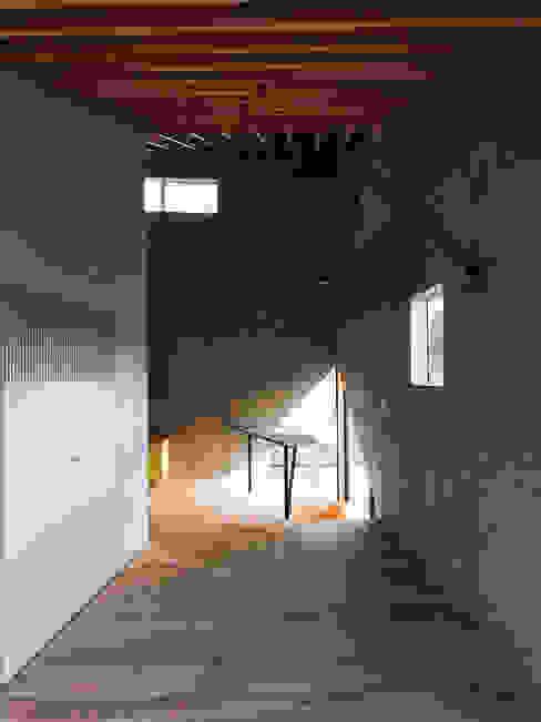 Salas de entretenimiento de estilo moderno de atelier CHOCOLATE Moderno