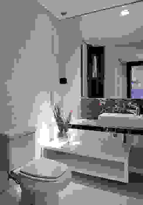 Casa Cond. Colinas de São Francisco Banheiros modernos por JOSIANNE MADALOSSO ARQUITETURA E INTERIORES Moderno