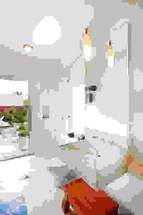 現代浴室設計點子、靈感&圖片 根據 Taller Estilo Arquitectura 現代風