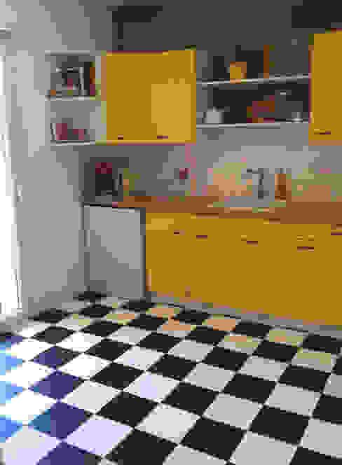 Cuisine sur salon dans une maison Cuisine moderne par Aparté conseils Moderne