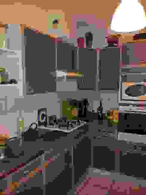 Cuisine sur salon dans une maison par Aparté conseils Moderne
