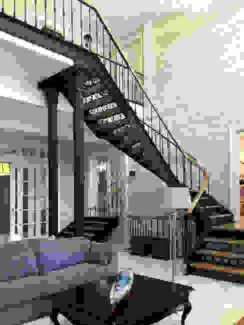 Интерьер гостиной с камином после ремонта по дизайн-проекту Коридор, прихожая и лестница в классическом стиле от Дизайн студия Ольги Кондратовой Классический