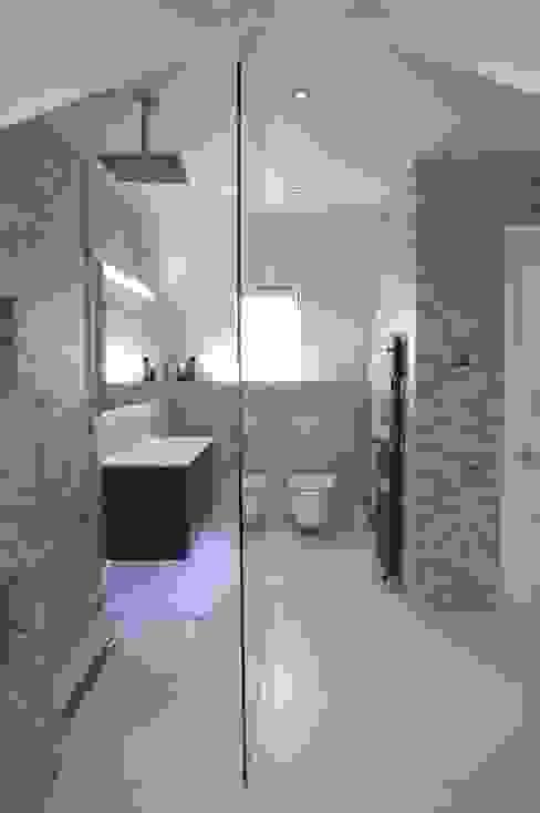 Spacious Modern shower room Modern bathroom by PTC Kitchens Modern