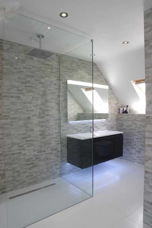 Spacious Modern shower room 現代浴室設計點子、靈感&圖片 根據 PTC Kitchens 現代風