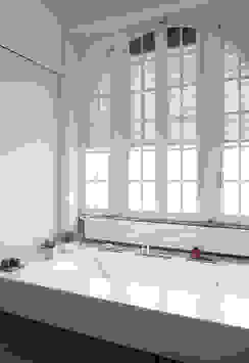 Baños de estilo minimalista de 3C+M architettura Minimalista
